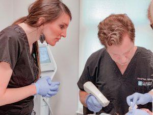 Dr. Jonathan Kulbersh usando la piel profunda de RF tratamiento de estiramiento en Charlotte, CAROLINA DEL NORTE