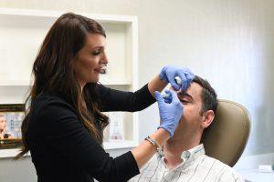 Inyecciones de botox para un paciente masculino en Charlotte, Carolina del Norte